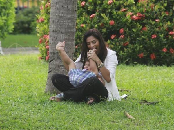 Juliana Paes se diverte com o filho no Rio de Janeiro