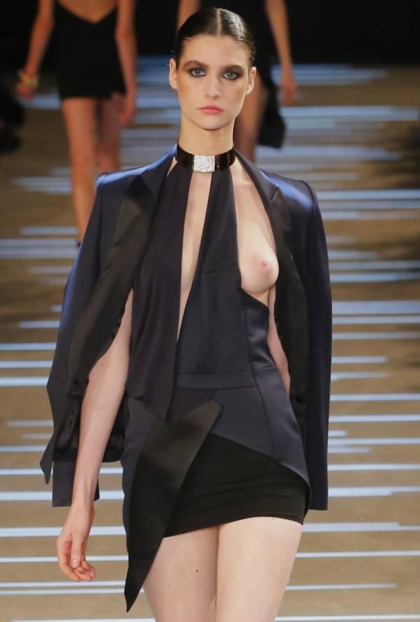 Modelo é traída pelo vestido e deixa seio escapulir na passarela