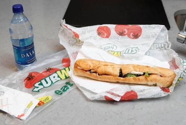 Dupla processa rede por vender sanduíche menor do que anunciado