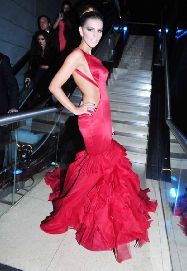 Mariana Rios mostra parte do seio em vestido ousado