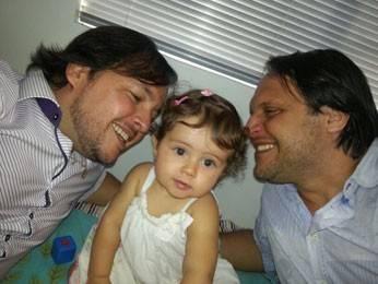 Bebê in vitro filho de casal gay faz aniversário solidário no Recife