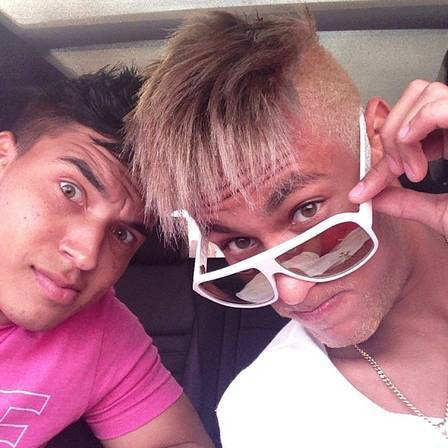 Com os cabelos cada vez mais loiros, Neymar sensualiza no espelho