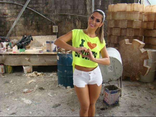 De barriguinha de fora  e shortinho, Graciella Carvalho visita barracão da X-9