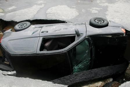 Devidos as fortes chuvas, asfalto cede e carro cai no buraco no RJ