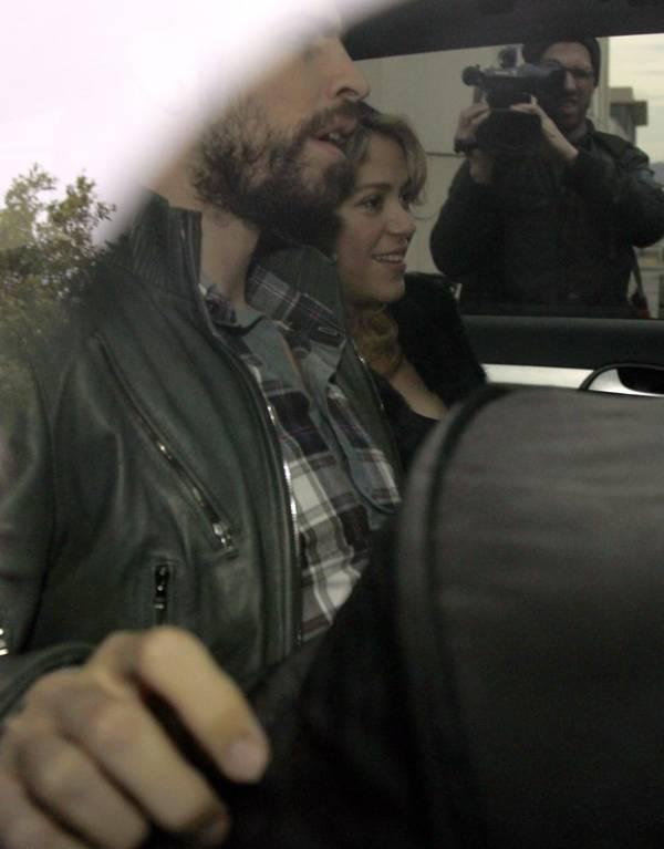 Shakira e Gerard Pique deixam maternidade em Barcelona
