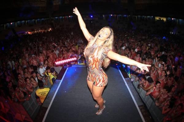 Com modelito sexy, Valesca Popozuda ganha beija no pé em show