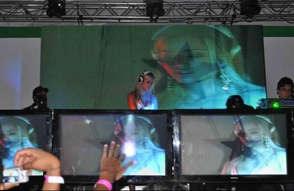 De vestidinho, Aryane Steinkopf estreia como DJ em festival de Brasília