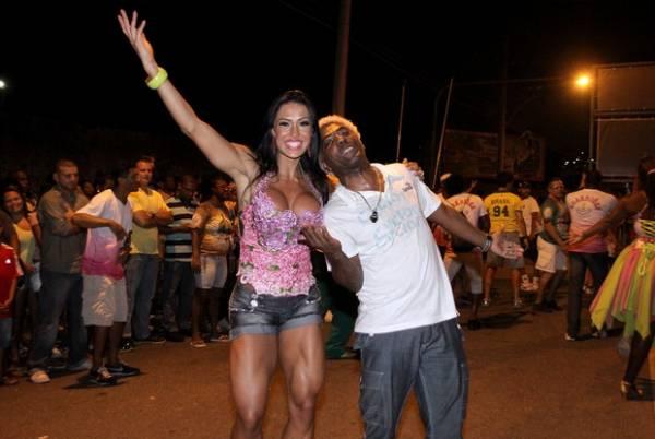 Decotada, Gracyanne Barbosa exibe pernas musculosas durante ensaio