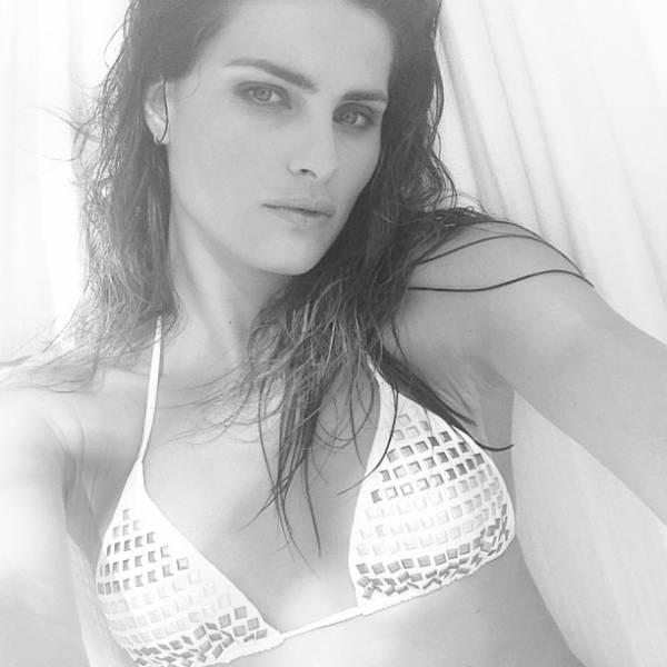 Isabeli Fontana mostra sensualidade em foto de biquíni