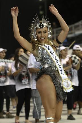 Sabrina Sato veste fantasia usada por Adriane Galisteu em 2008