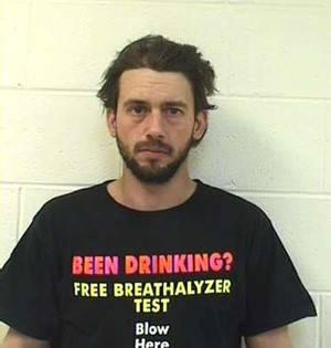 Bêbado é preso ao dirigir usando camiseta com piada de bafômetro