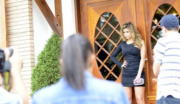 Ex-BBB Cacau exibe pernões em ensaio para campanha inverno 2013
