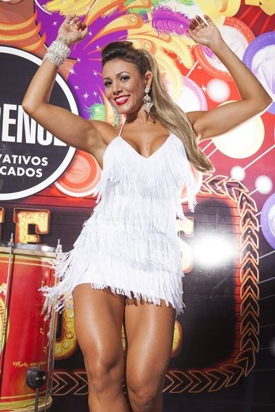 Ex-BBB Fabiana Teixeira exibe pernas saradas em ensaio fotográfico