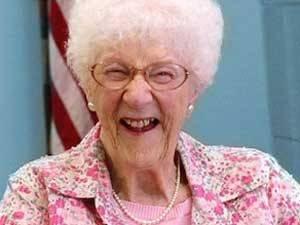 Mulher de 105 anos renova carteira de motorista nos Estados Unidos