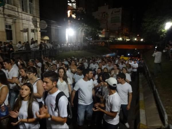 Multidão faz caminhada em lembrança às vítimas de incêndio