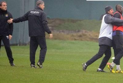 Balotelli e Mancini discutem e trocam empurrões durante treino do City