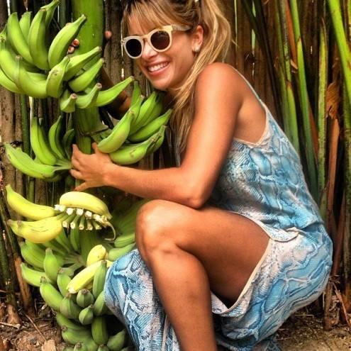 Dany Bananinha brinca ao lado de bananeira: