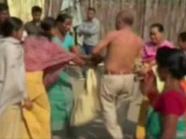 Político indiano é atacado por mulheres após suposto estupro