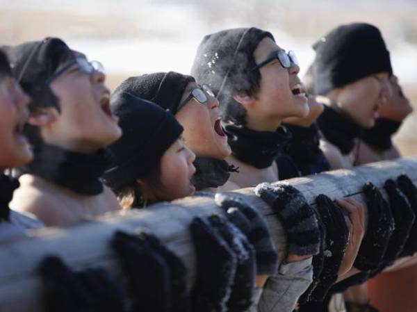 Sem camisa, crianças sul-coreanas fazem treinamento militar na neve