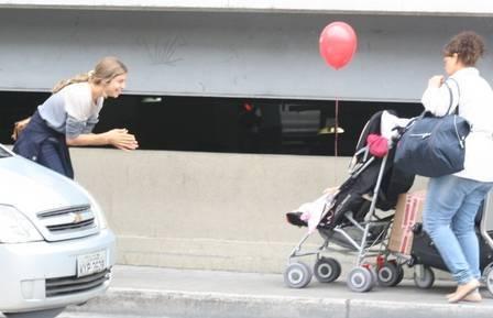 Com Sofia, Grazi chega de volta ao Rio cheia de malas e recebe ajuda