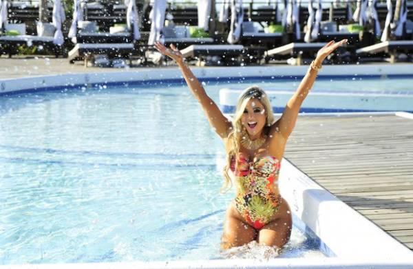 De maiô, Aryane Steinkopf posa para catálogo de moda praia