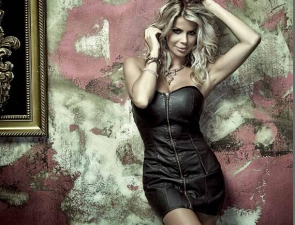Karina Bacchi posa com vestidinho de couro para campanha de grife