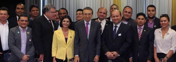 Lobão recebe 30 prefeitos garante apoio a municípios