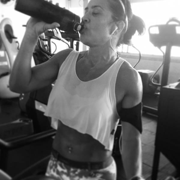 Scheila Carvalho mostra a barriga sarada em dia de academia