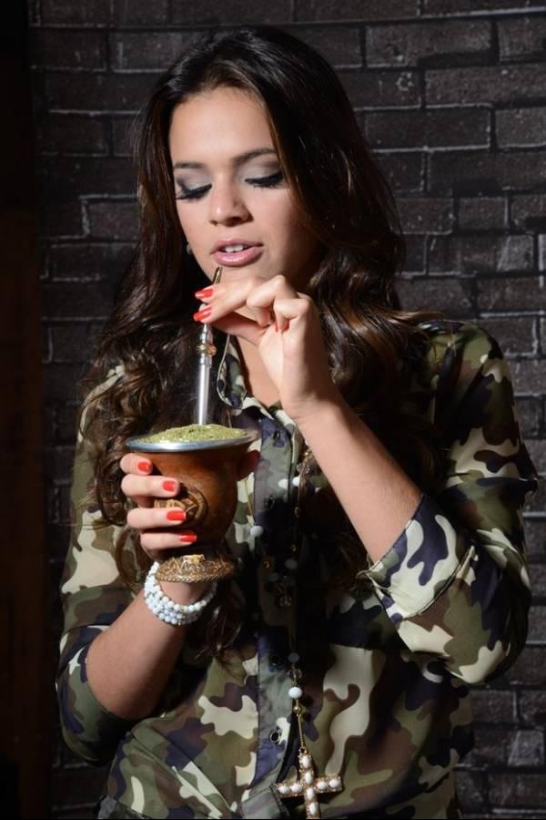 Bruna Marquezine posa para catálogo de moda teen