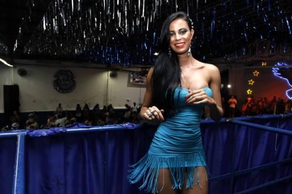 De vestido curto, Gata do Paulistão mostra demais em noite de samba