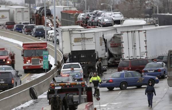 Engavetamento deixa mortos e feridos em rodovia nos EUA