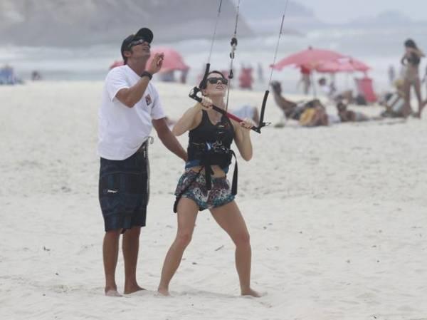 Fernanda Pontes faz aula de kitesurfe no Rio de Janeiro