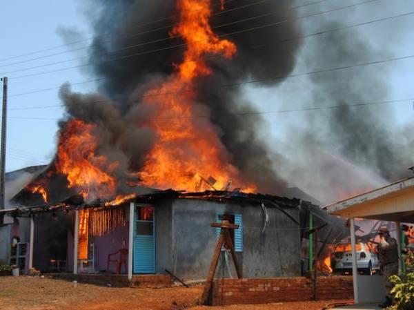 incêndio atinge 13 casas e 2 carros em SC