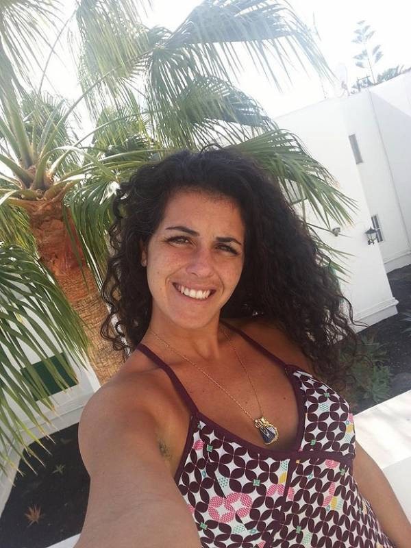 Ex-BBB Noemí publica foto na rede social e deixa à mostra pelos nas axilas