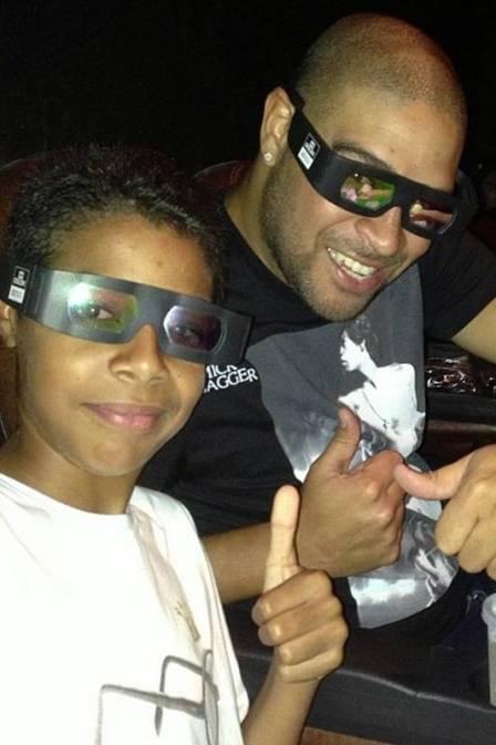 Sem clube, Adriano reaparece e posta foto ao lado do irmão no cinema