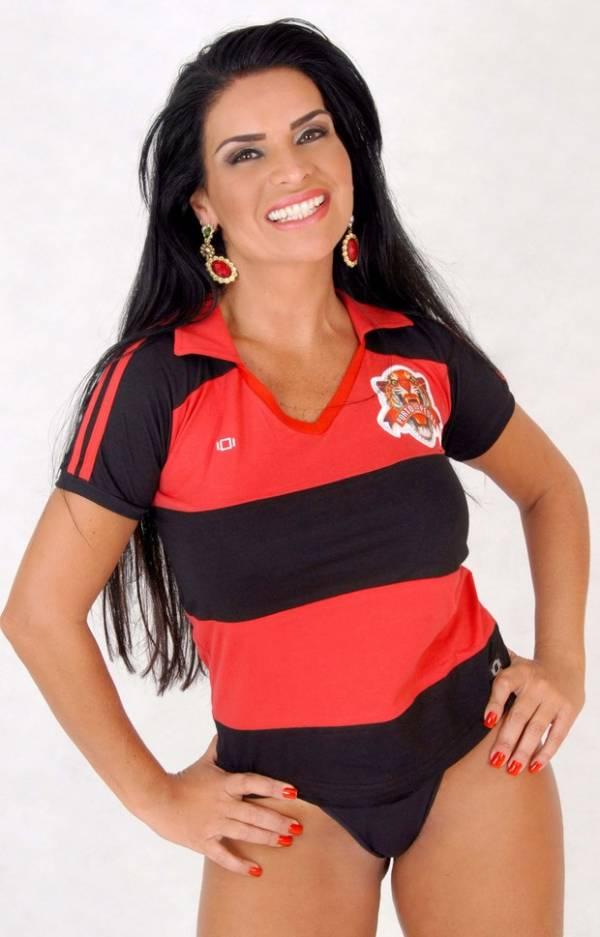 Solange Gomes faz ensaio em homenagem a escola de samba