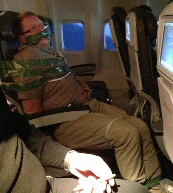 Bêbado arruaceiro é amarrado a poltrona durante voo na Islândia