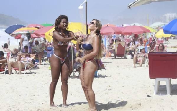 De biquíni fio-dental, Furacão da CPI tira sutiã para evitar marquinha em dia de praia