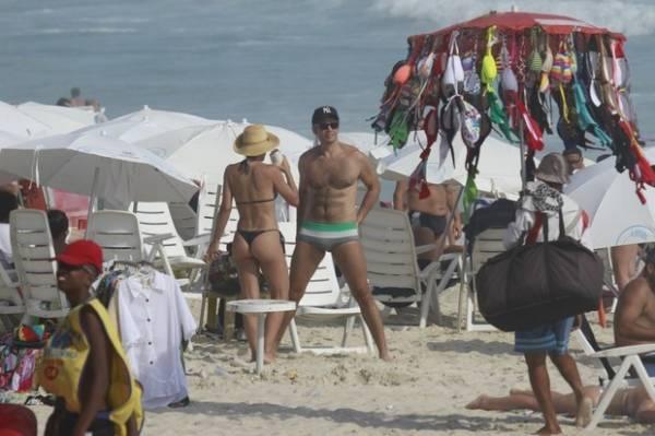 De biquíni, Flávia Alessandra exibe corpão na praia