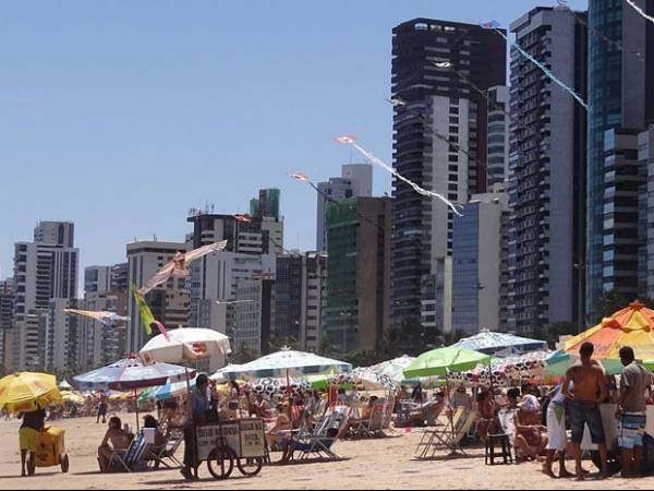 Férias: água e cerveja custam até o dobro de uma praia para outra