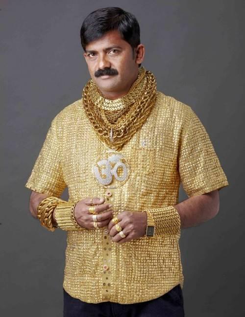Indiano gasta R$ 46 mil com camisa de ouro para agradar mulheres