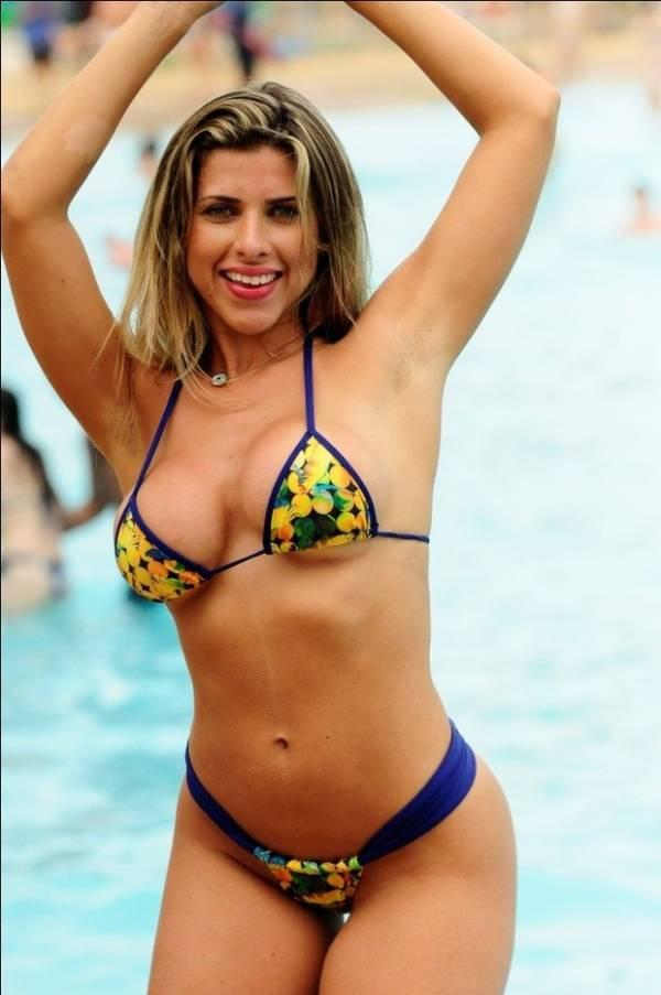 Ana Paula Minerato usa microbiquíni estampado em férias em Fortaleza