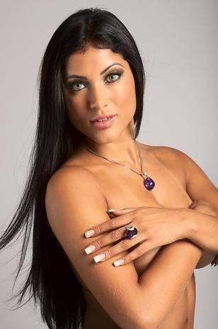 Bailarina do Faustão posa nua em campanha de joias