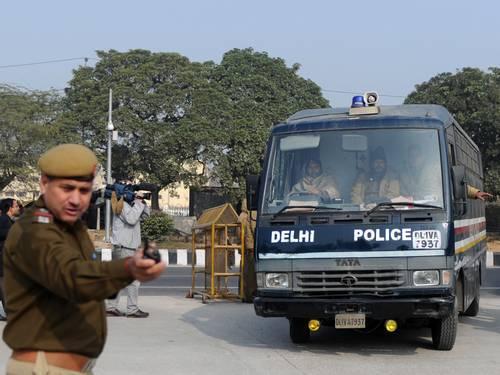 Acusados de estupro coletivo na Índia se apresentam na Justiça
