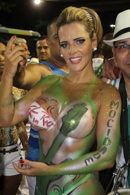 Denise Rocha surge com o corpo pintado em ensaio de samba