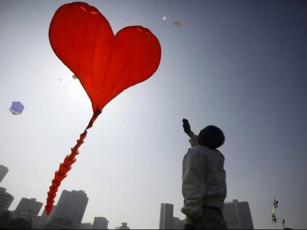 Festival na Índia tem pipas em forma de coração, baleia e polvo