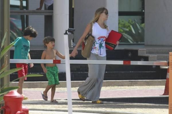 Carolina Dieckmann leva o filho José para gravação de