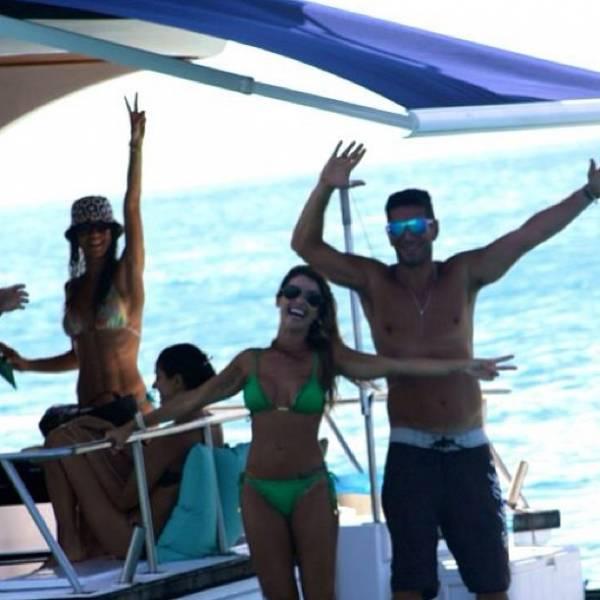 De biquíni, Dany Bananinha curte passeio de barco com amigos