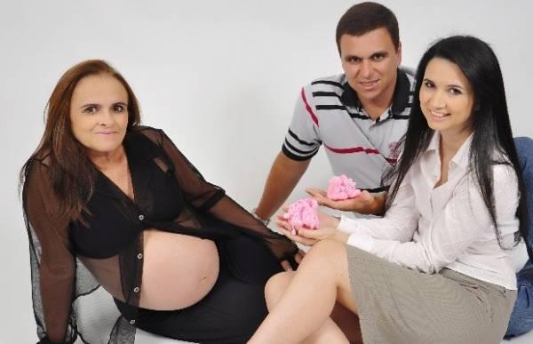 Mãe biológica se emociona ao ver gêmeas geradas no útero da avó
