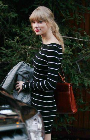 Após separação, Taylor Swift passeia de vestido curto